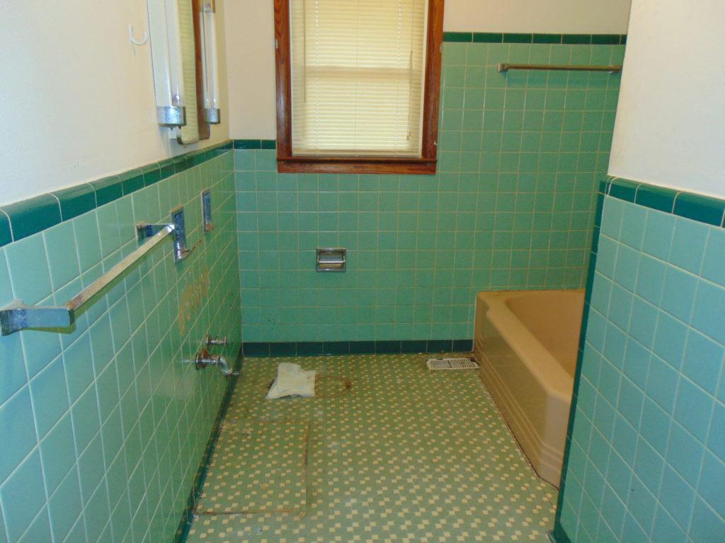 before-full-bathroom-refinishing-kingsport-tn